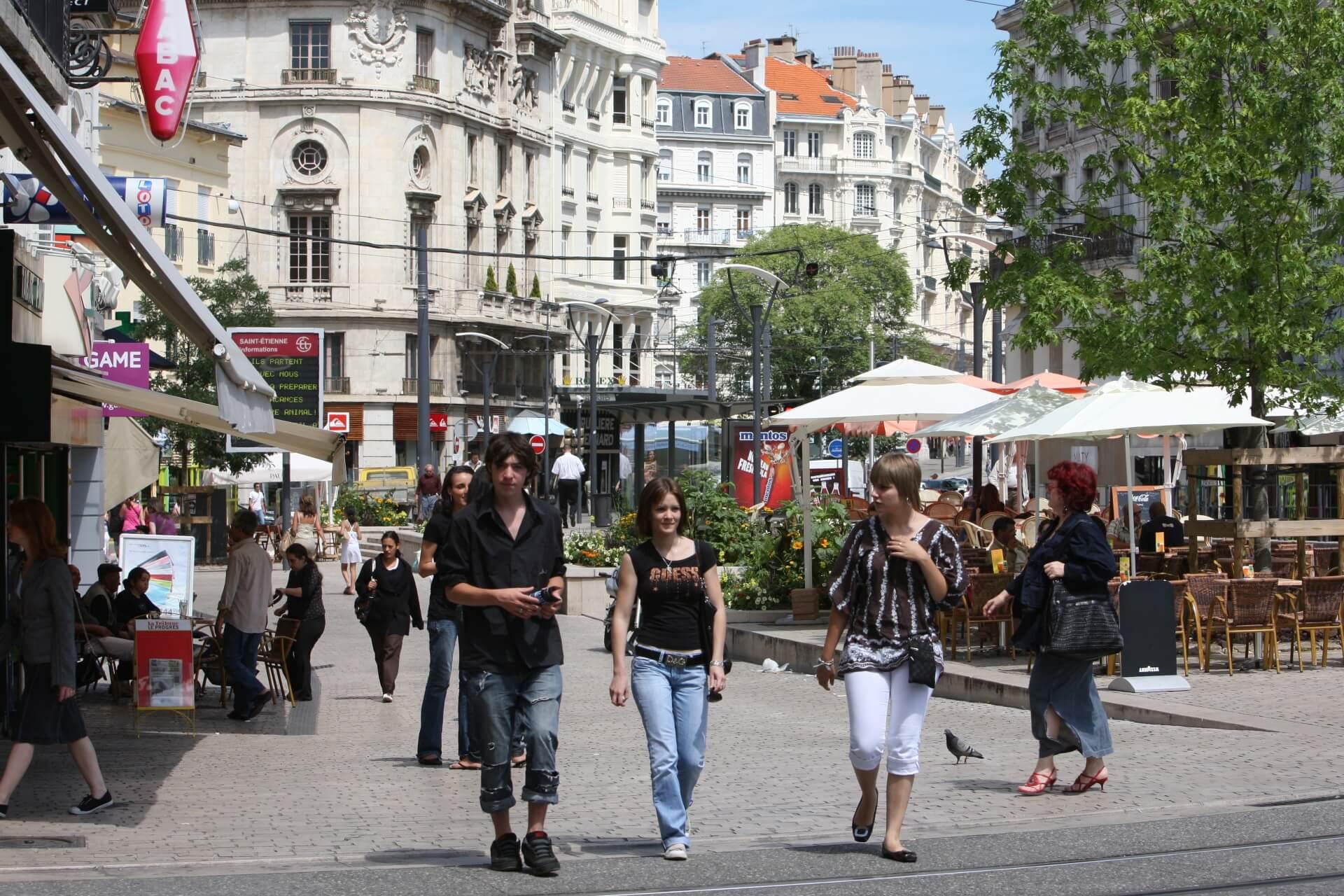 Saint Etienne centre ville passants batiments